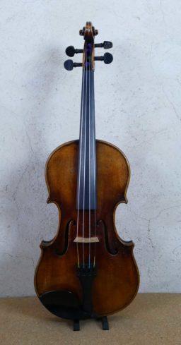 AR00534 1 256x489 - Violon Allemand patiné - Luthier à la Roche Sur Foron